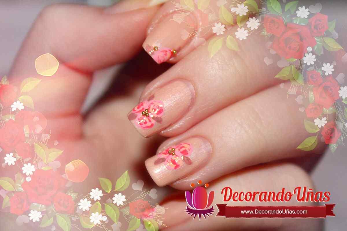 unas-decoradas-con-rosas-flores