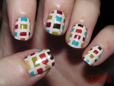 color-block-diseño-uñas-pintadas-blancas-cuadrados-colores
