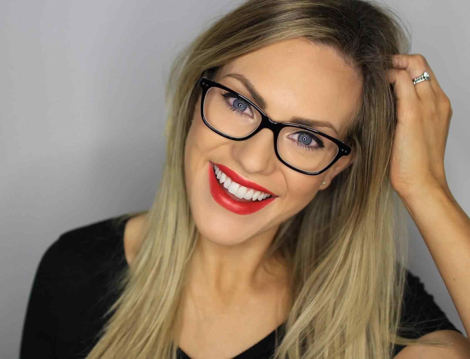 maquillaje chicas con lentes labios rojos