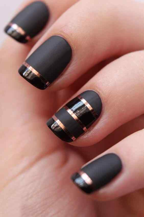 uñas negras y dorado elegantes