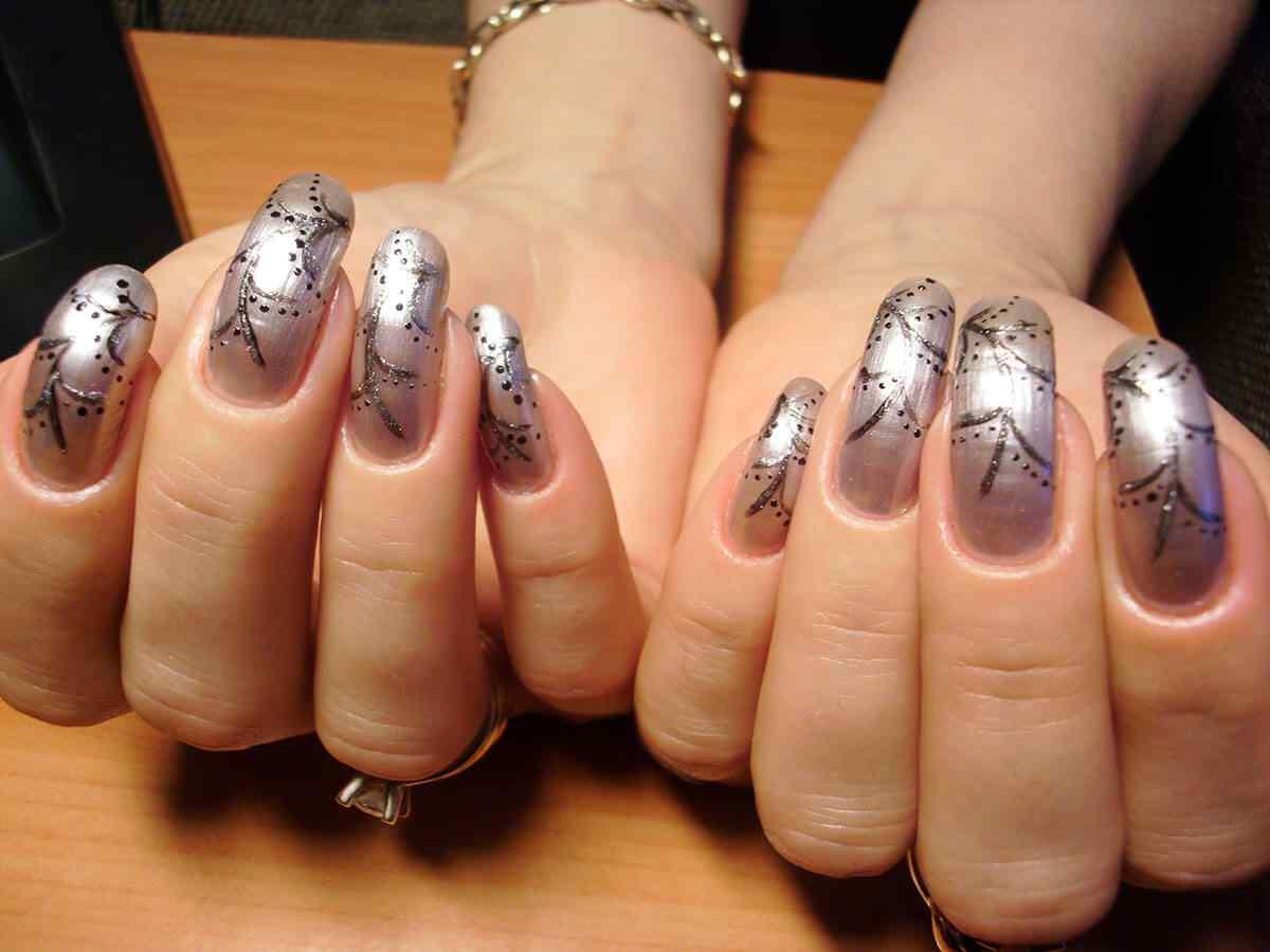diseño de uñas color plateado
