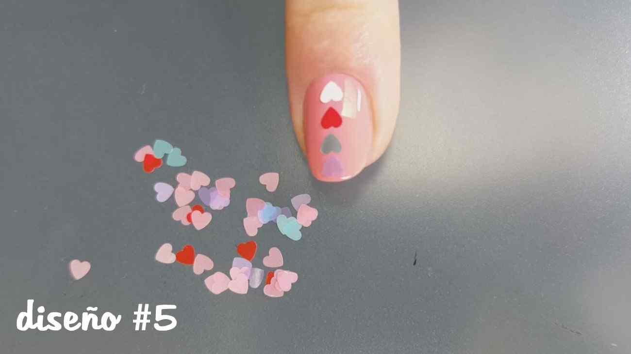 Diseño de uñas con corazones