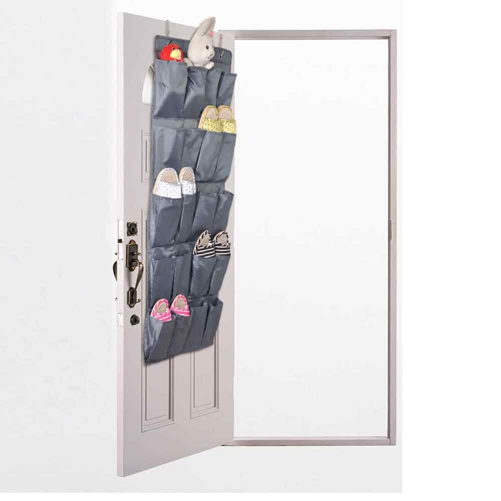 zapatos detras de la puerta