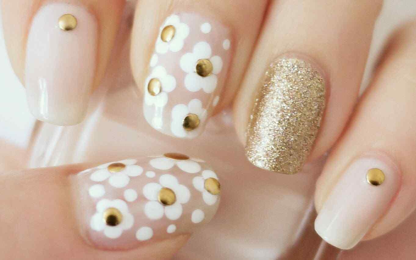 Diseño de uñas con margaritas