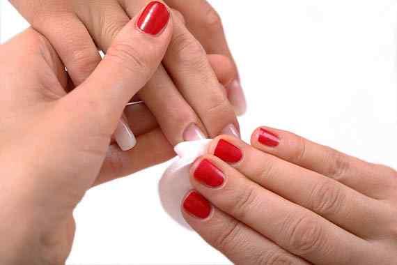 Consejos para aplicar quitaesmalte en uñas