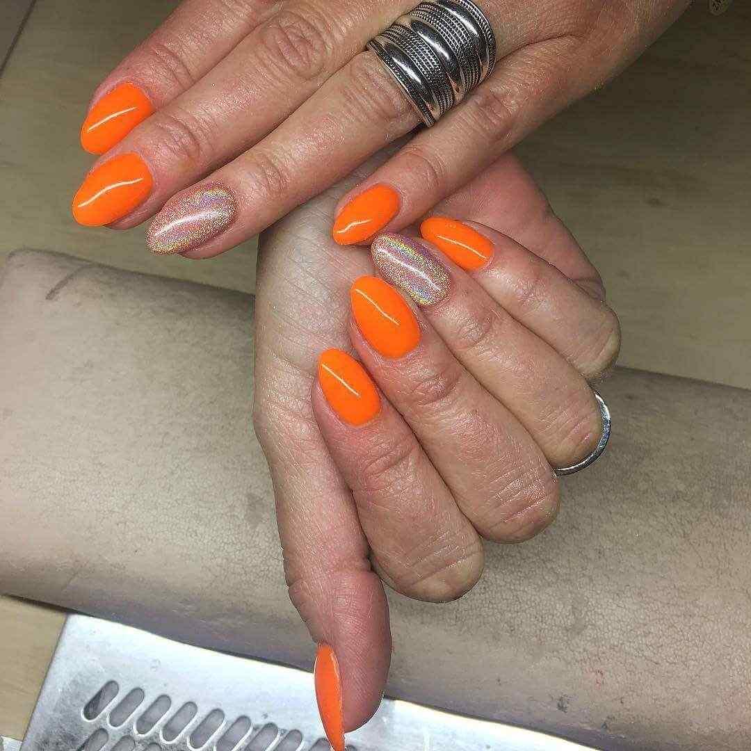 uñas naranja con brillitos