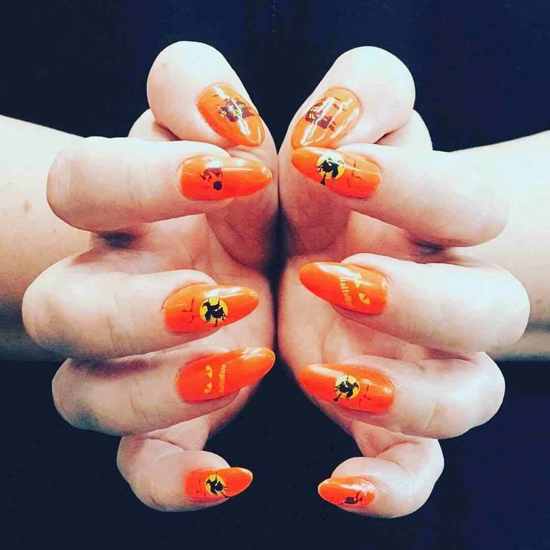 uñas naranja con bruja halloween