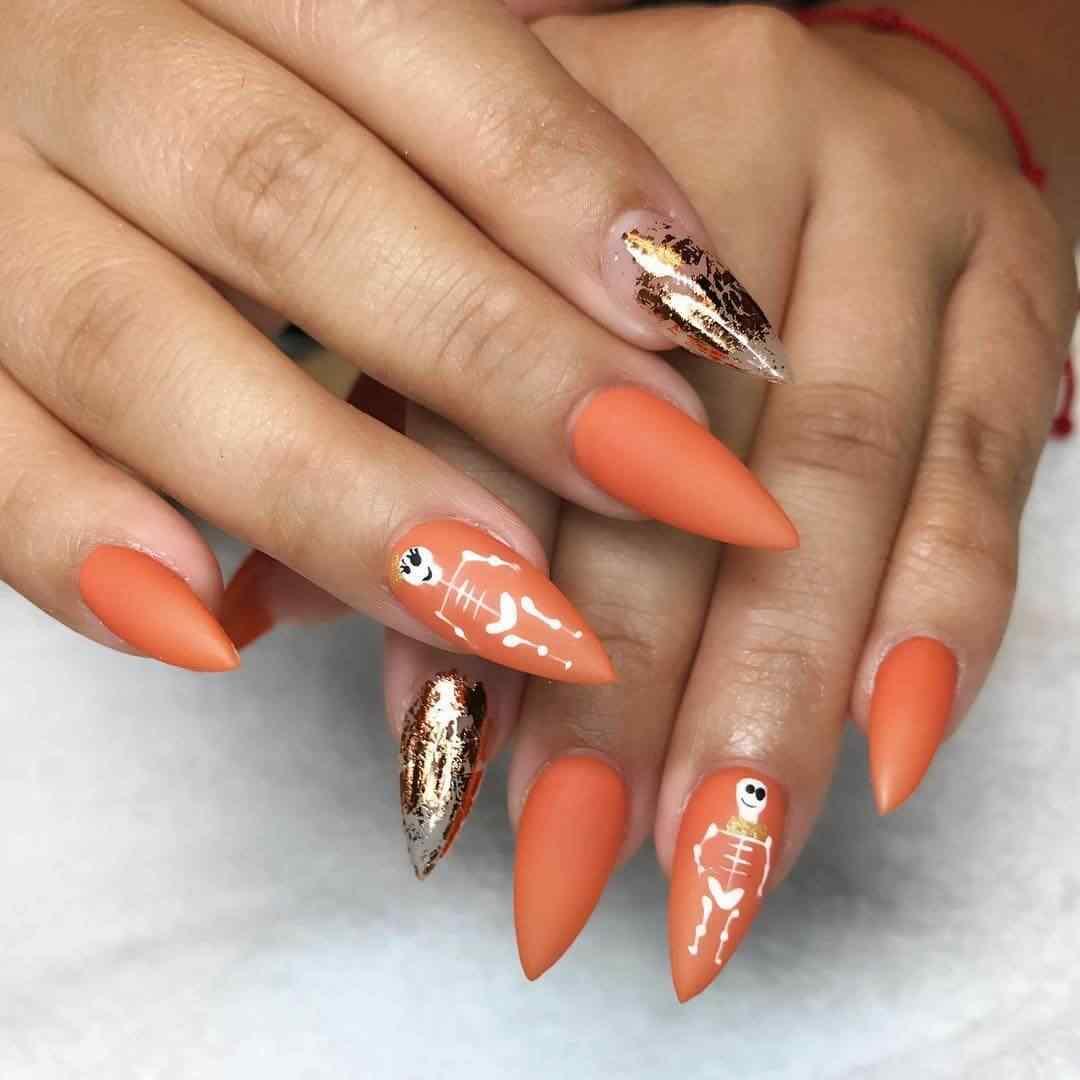 uñas naranja con dorado para halloween