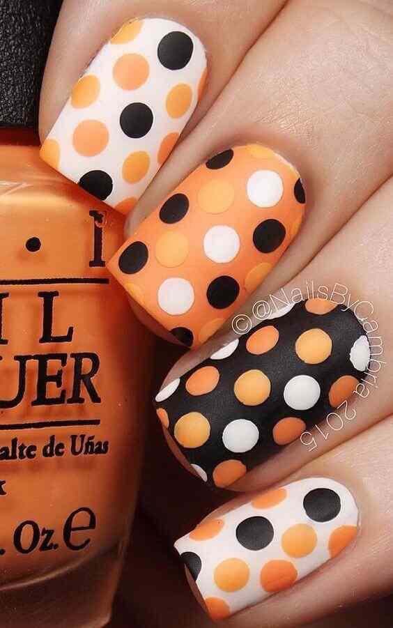 uñas naranja con lunares negros