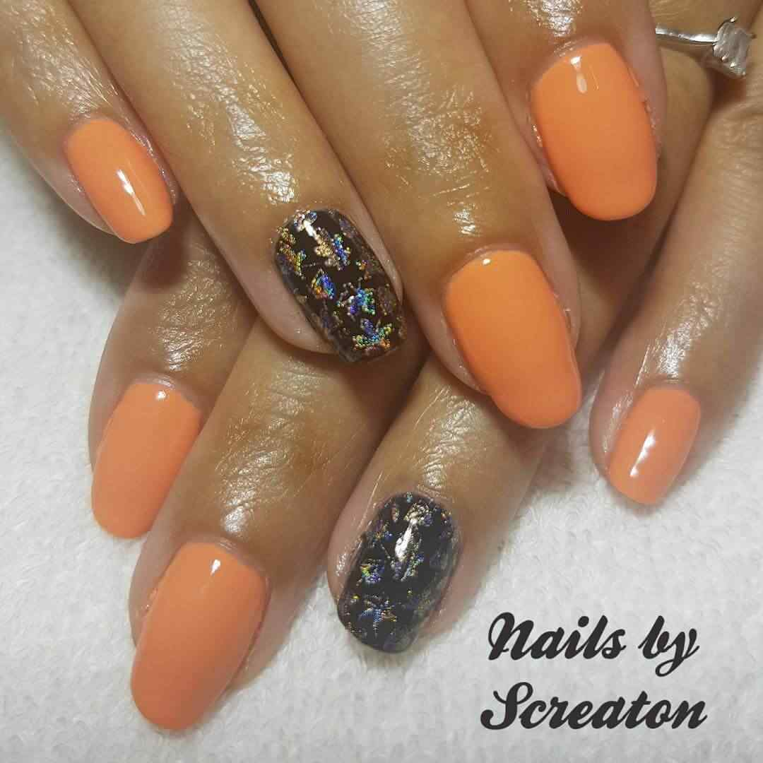 uñas naranja con negro estampado