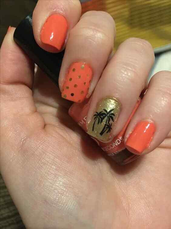 uñas naranja con puntos dorados