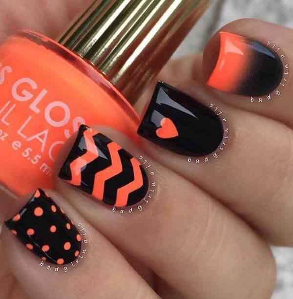 uñas naranja con puntos negros y lineas