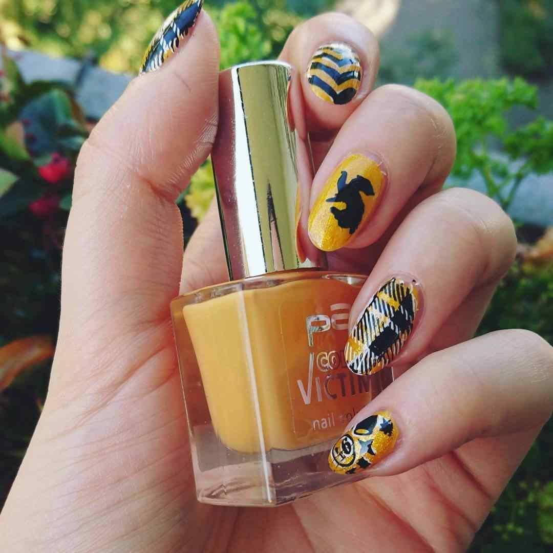 diseño mixto de uñas amarillas con negro