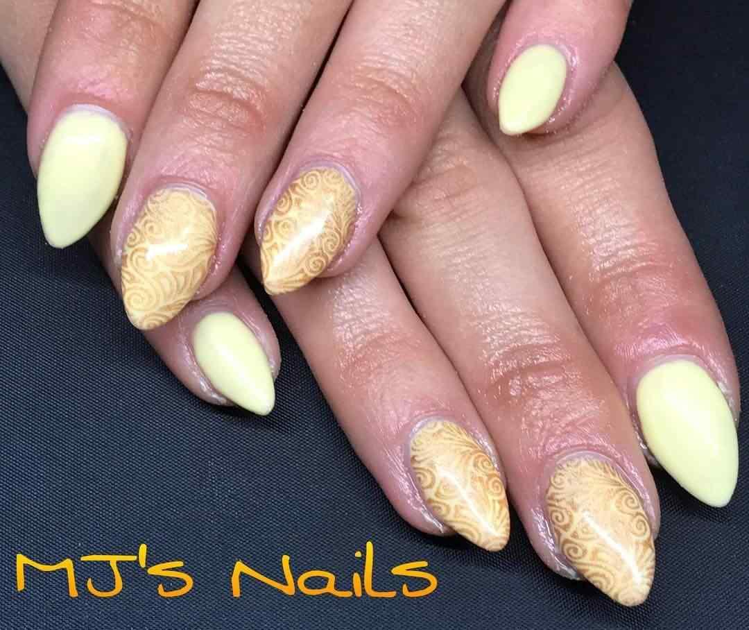 estampado en uñas amarillas