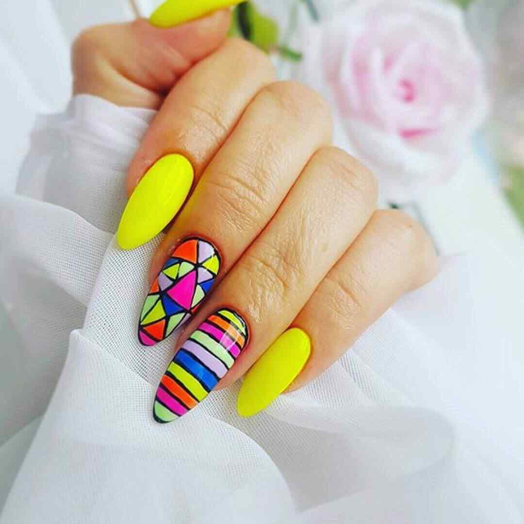uñas amarillas con colores