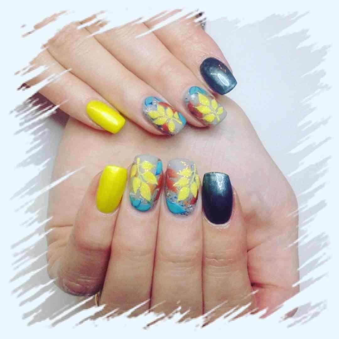 uñas amarillas con flores