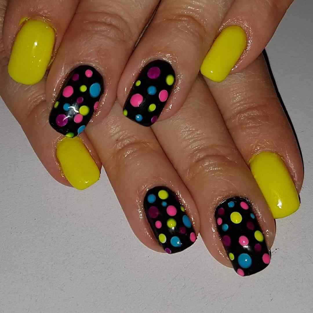 uñas amarillas con lunares