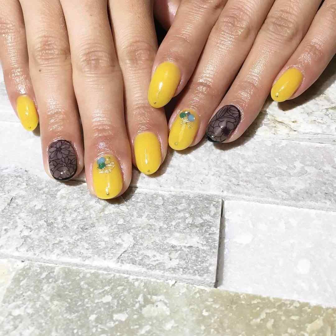 uñas amarillas con negro cortas