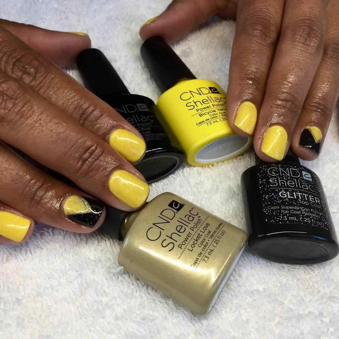 uñas amarillas con negro sencillas