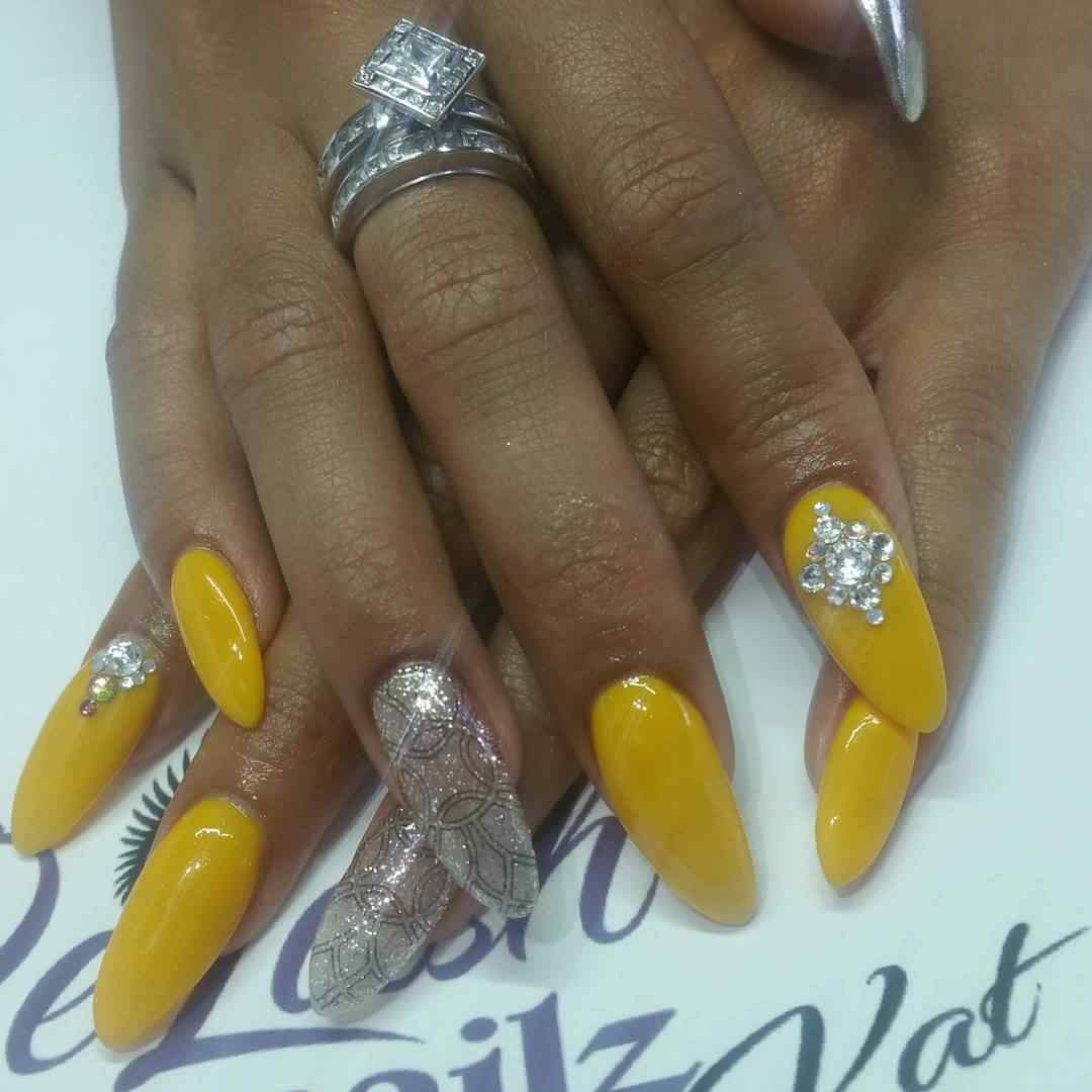 uñas amarillas con plateado