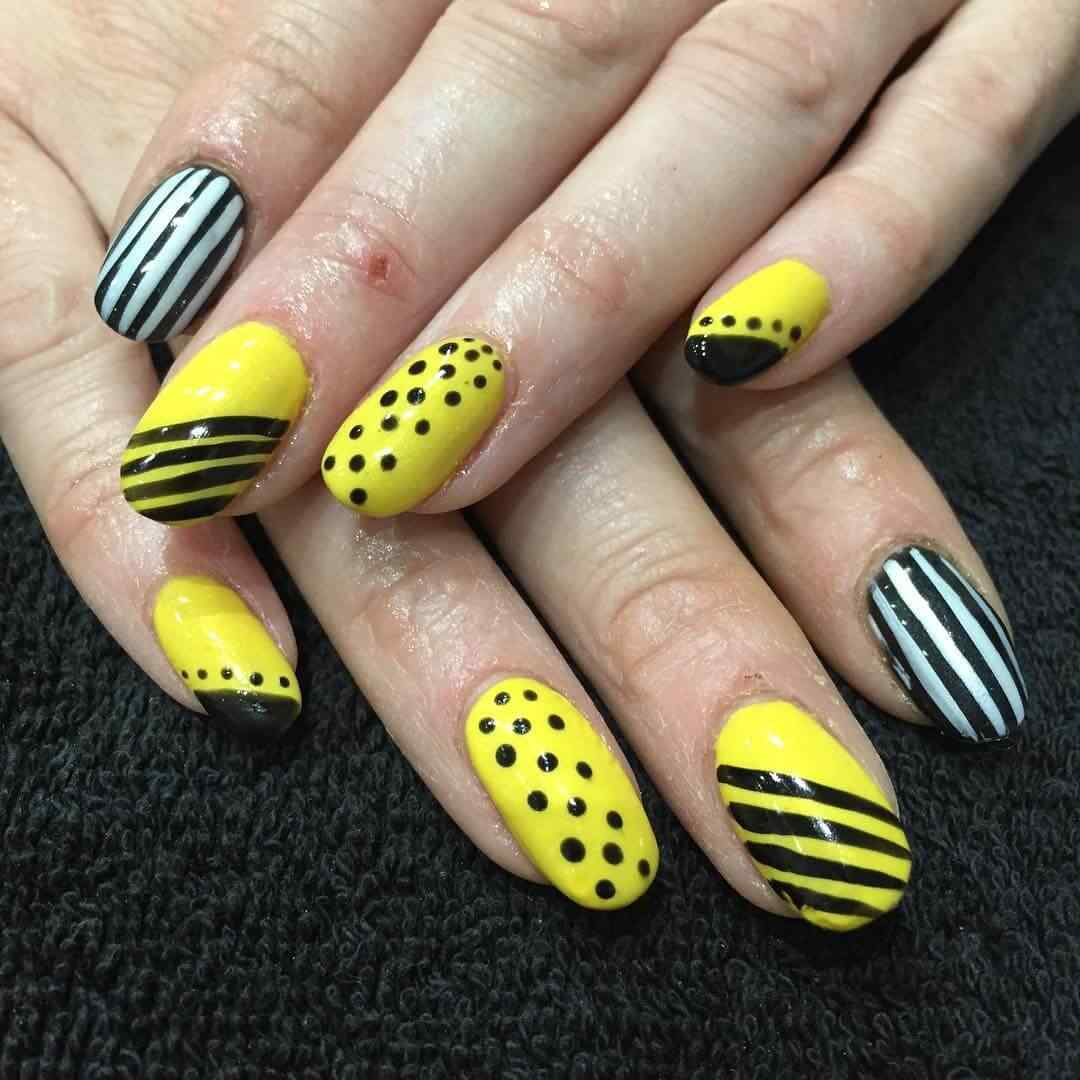 uñas amarillas con puntos y lineas negras
