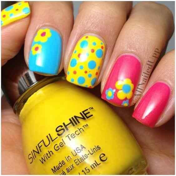 uñas amarillas con rosa y celeste