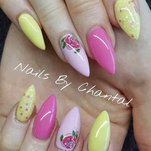 uñas amarillas con rosa y flores