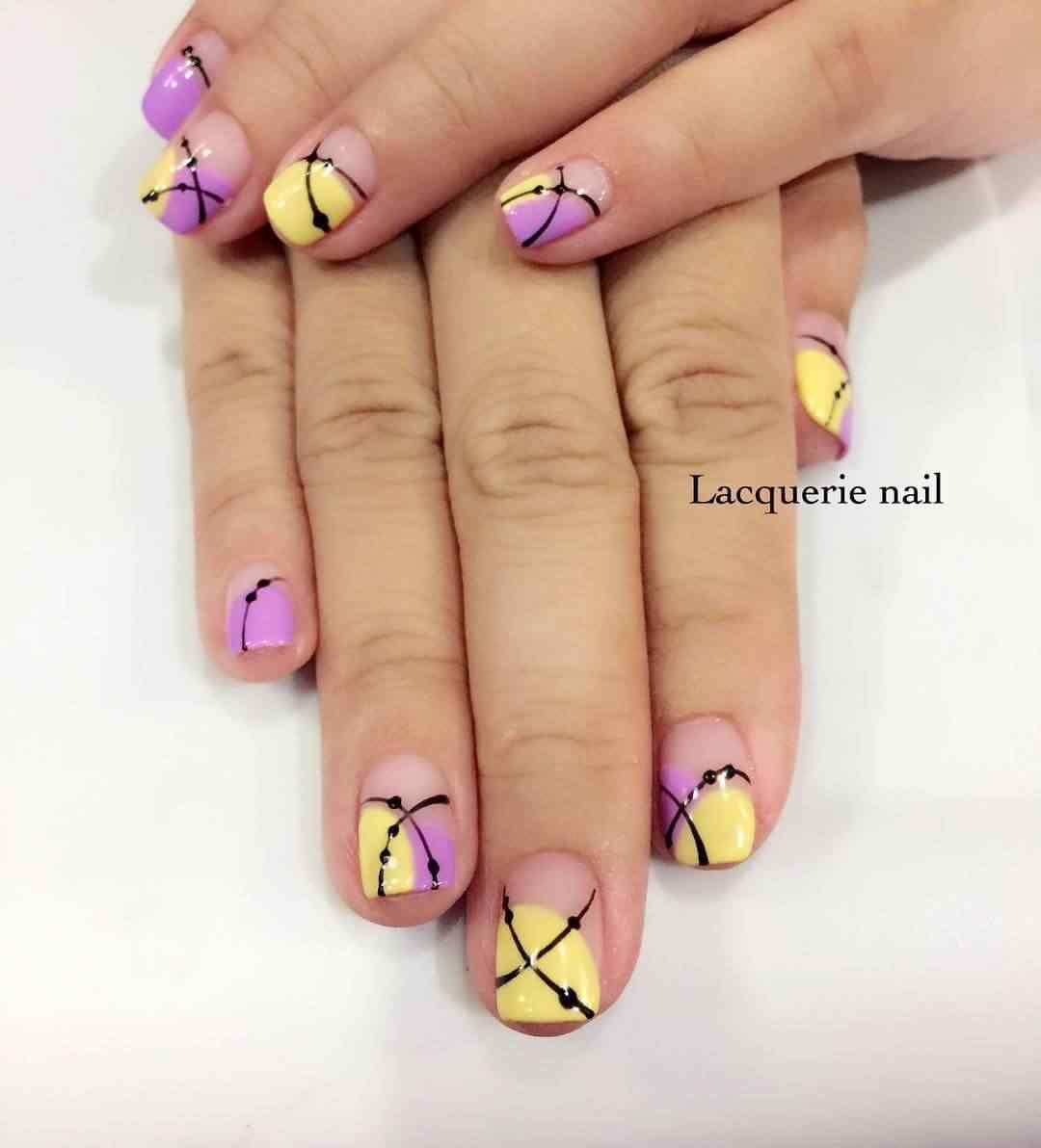 uñas amarillas con rosa y negro