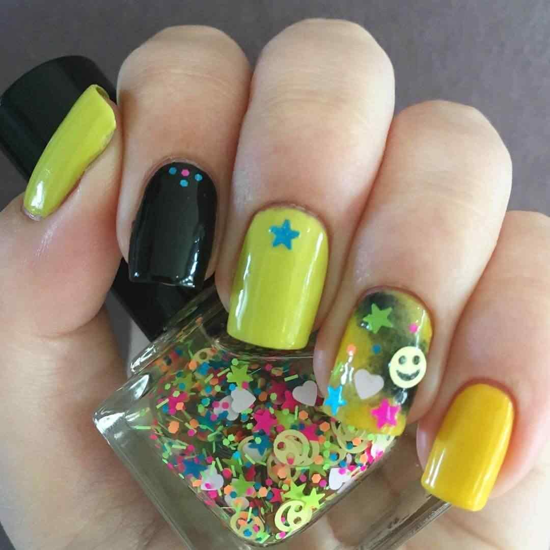 uñas amarillas con stikers