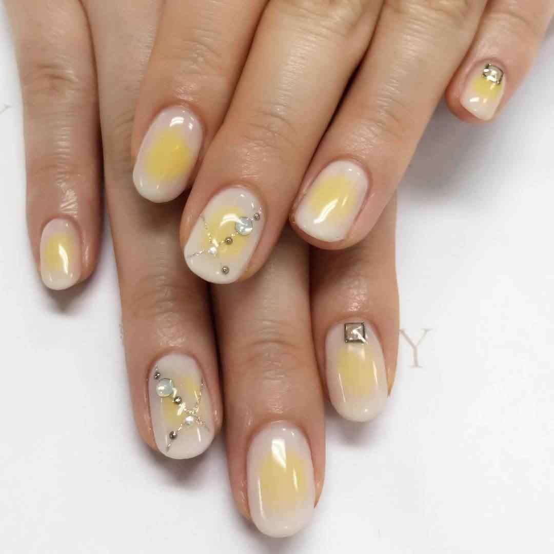 uñas amarillas difuminadas