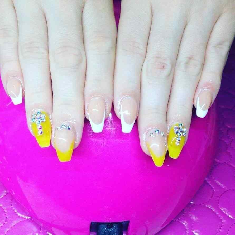 uñas amarillas elegantes