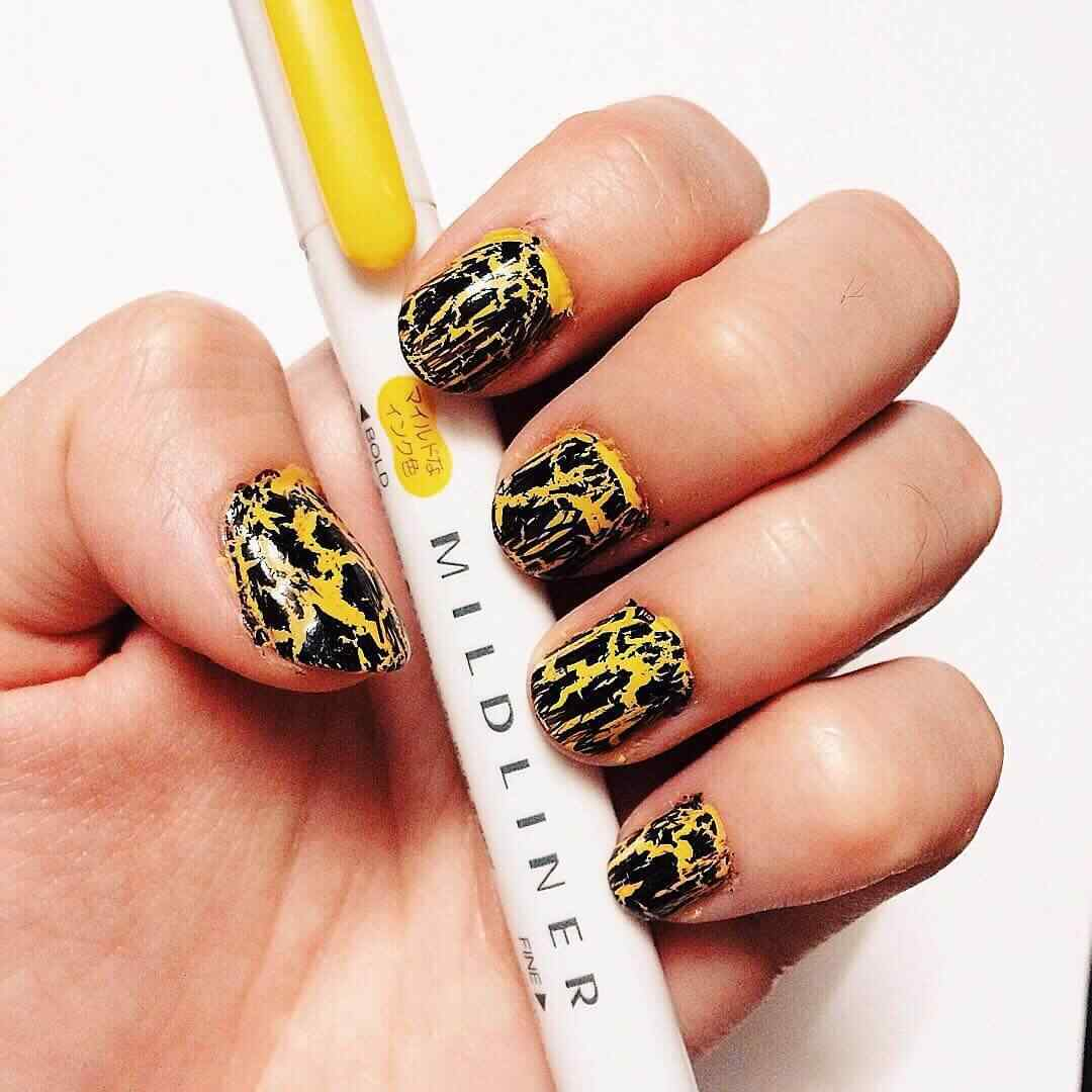 uñas amarillas manchadas con negro