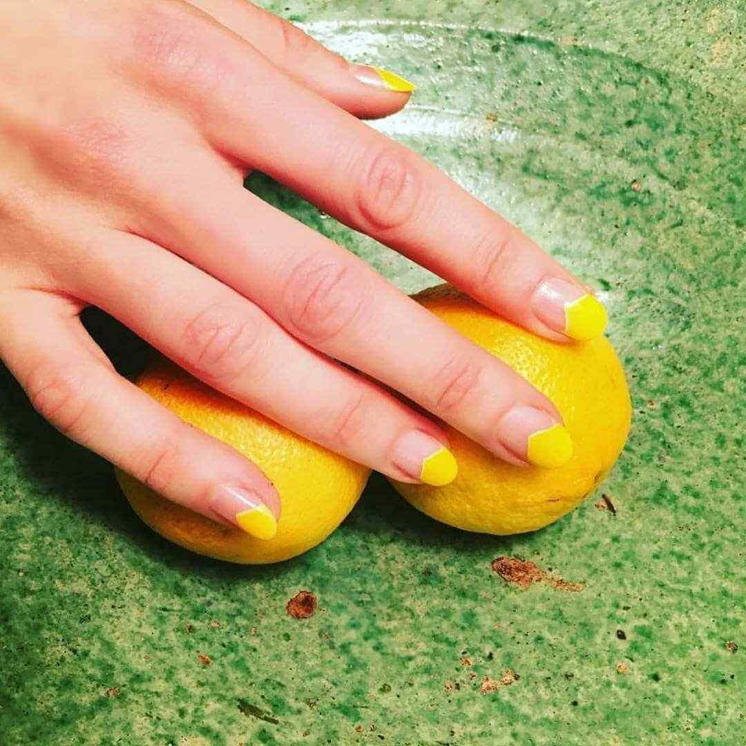 uñas amarillas sencillas