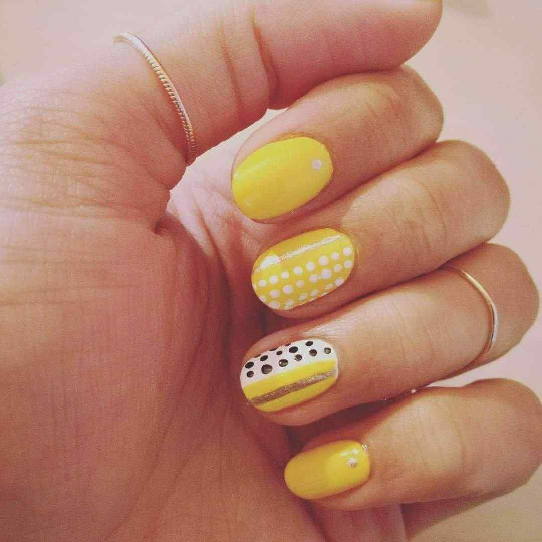uñas amarillas simples