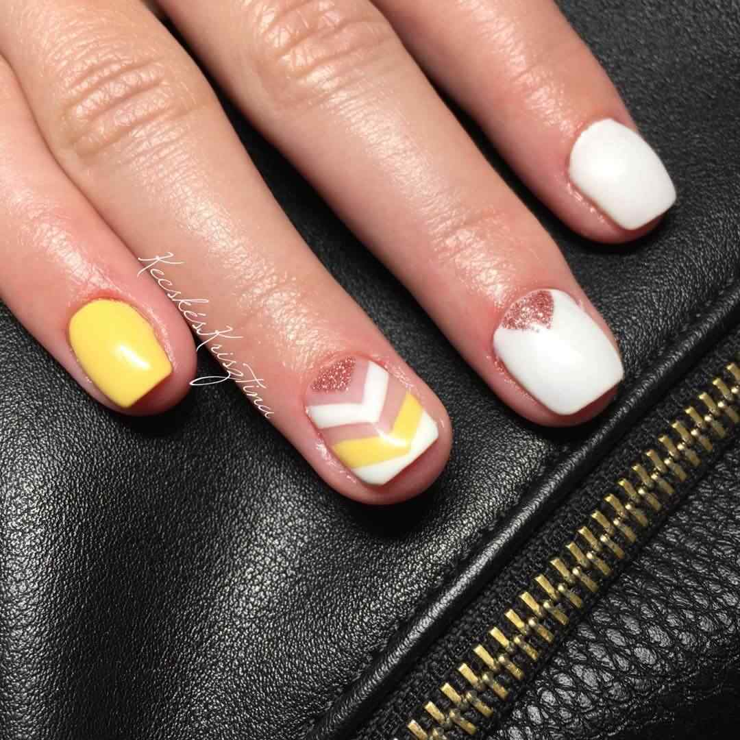 uñas amarillas y blanco