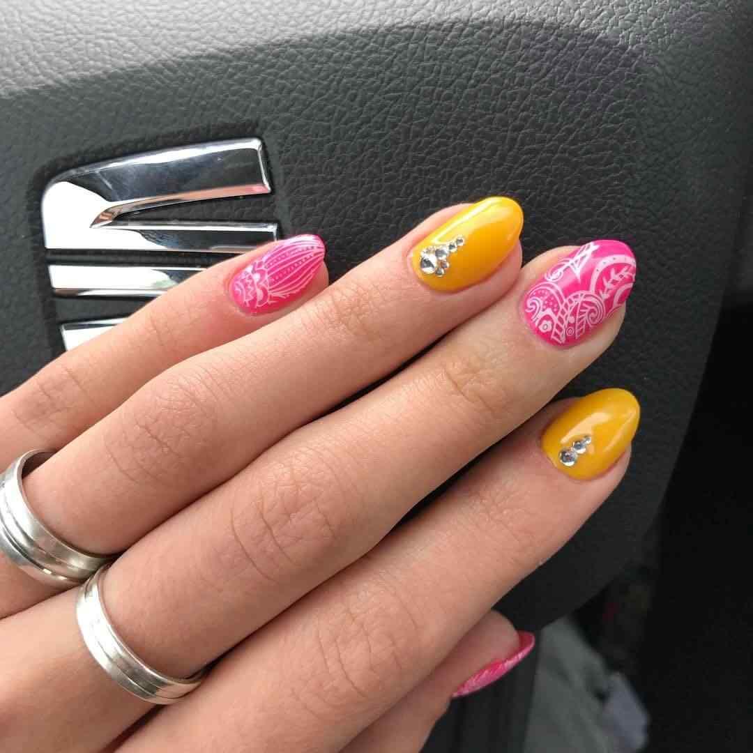 uñas amarillas y rosa estampadas