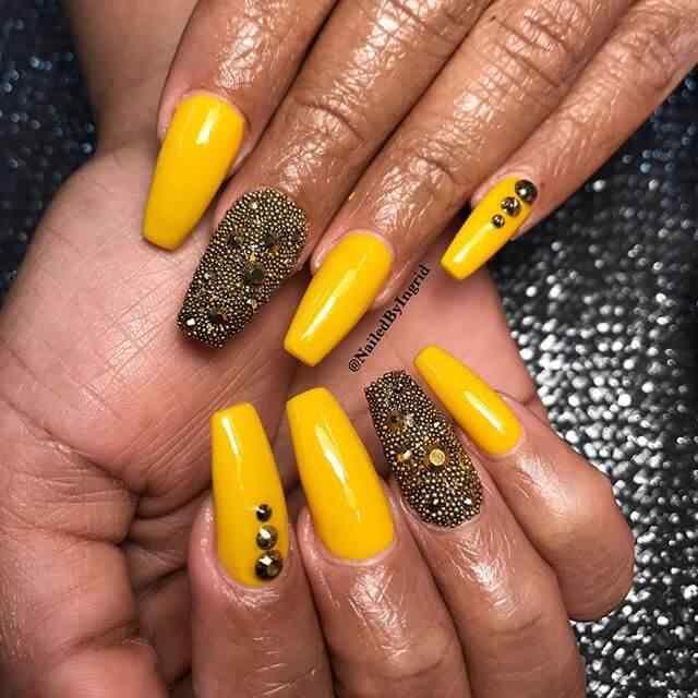 uñas caviar amarillas y negras