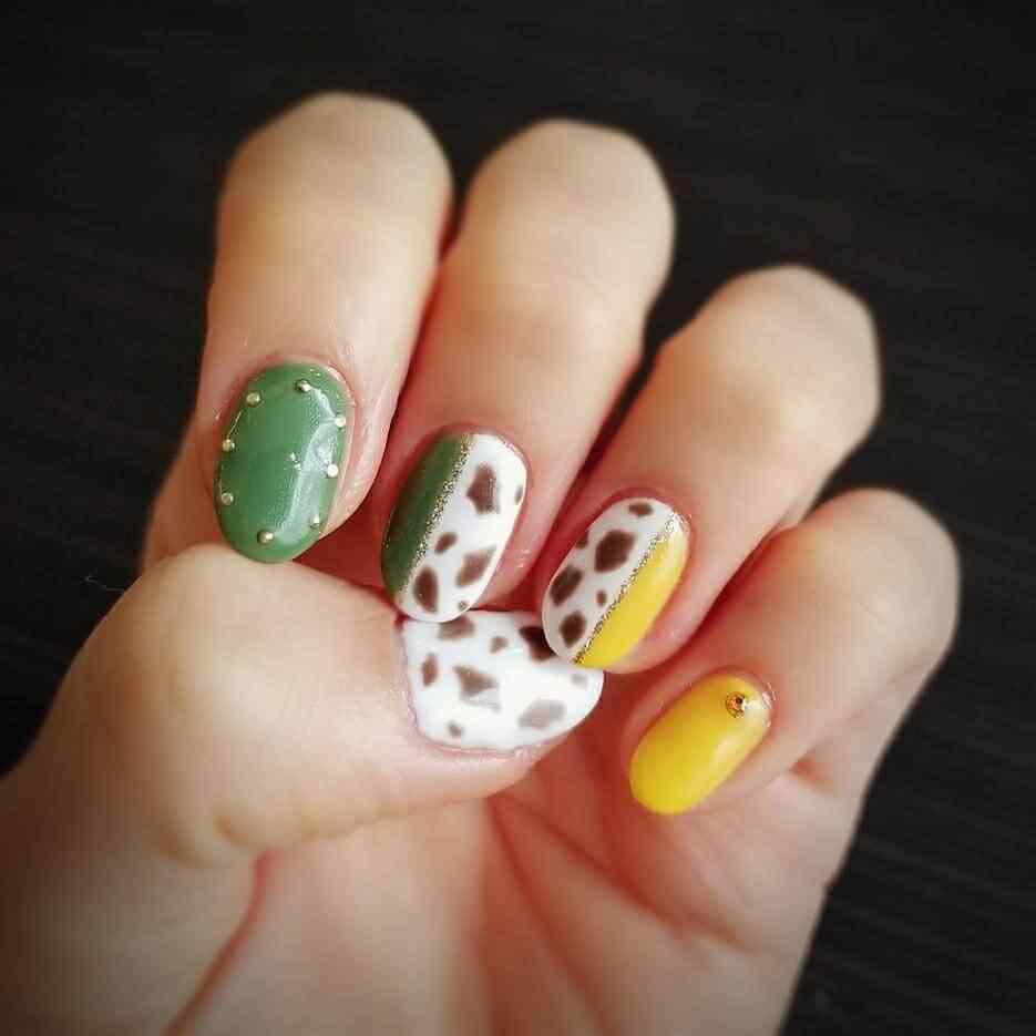 uñas con combinacion de amarillo verde y animal print
