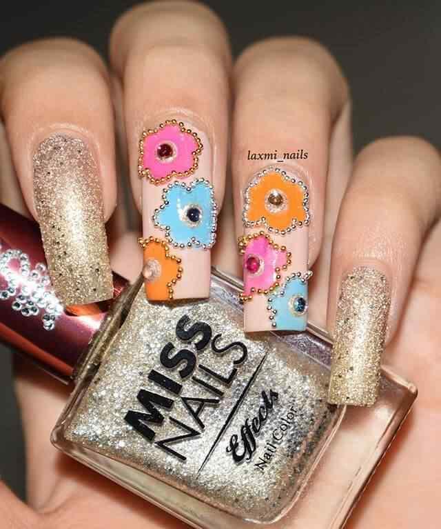 uñas con flores caviar