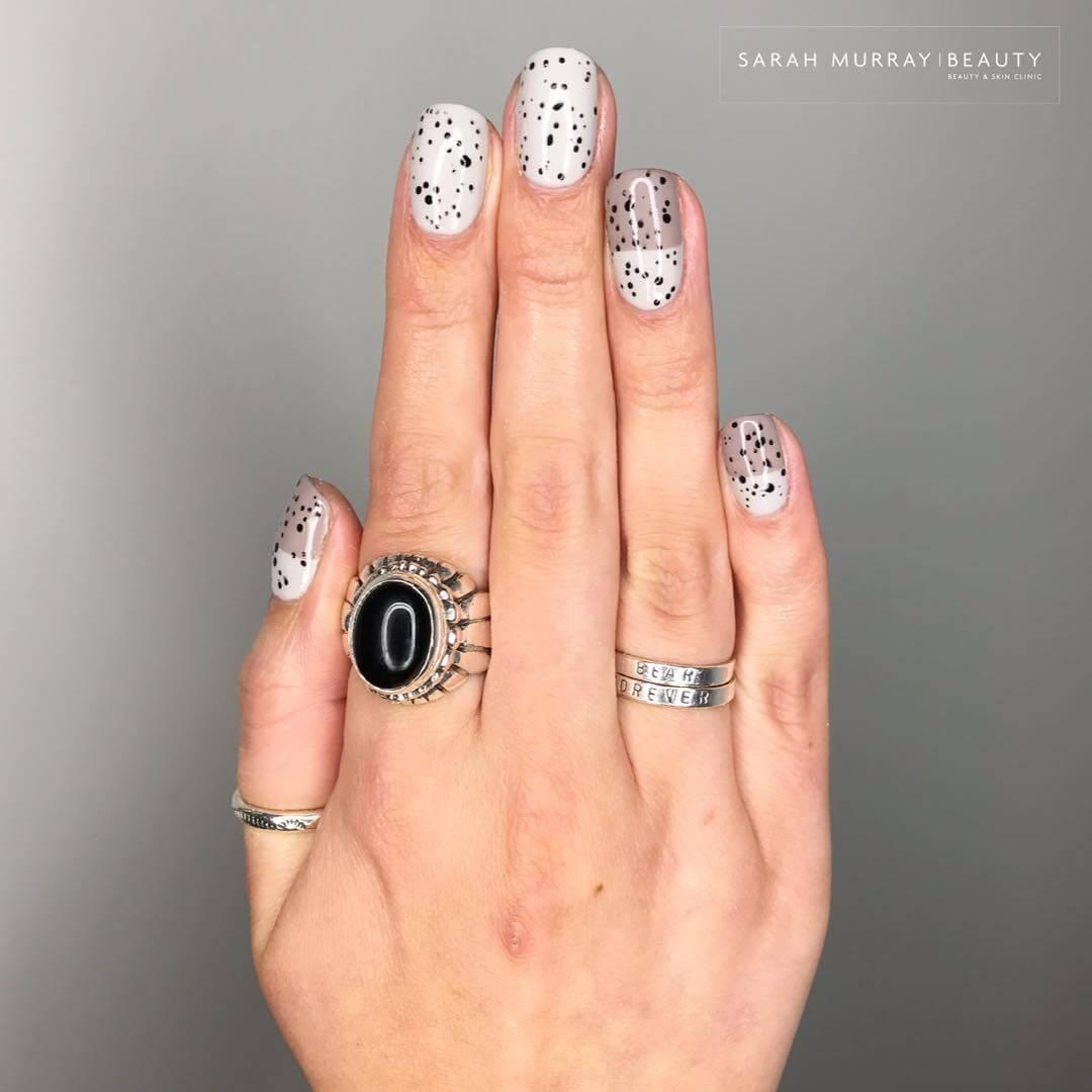 decoracion de uñas con puntos pequeños