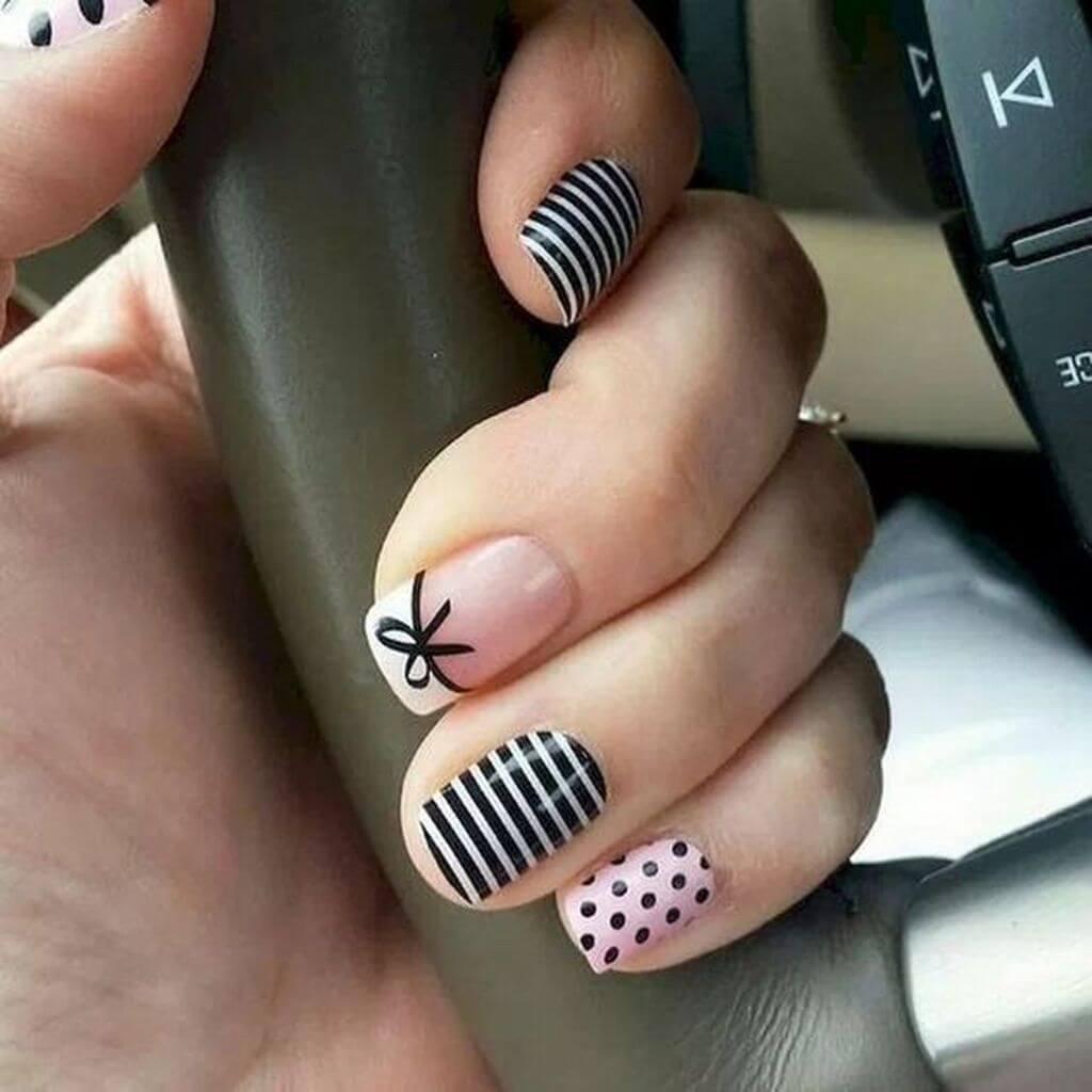 decoracion de uñas con puntos rayas y moño
