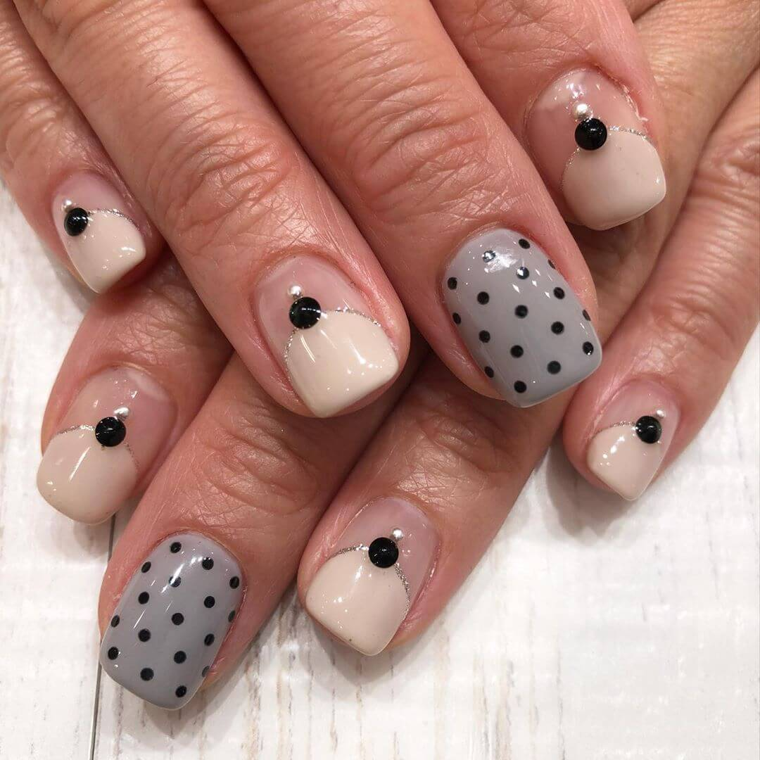 decoracion elegante de uñas con puntos