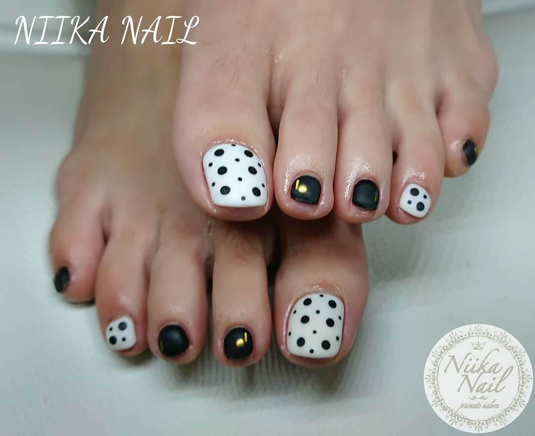 decorado de uñas de los pies con puntos