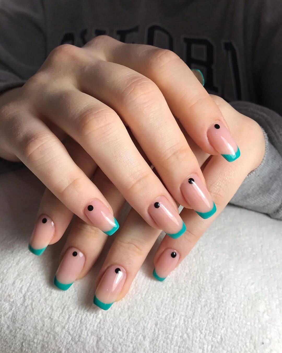 diseño de uñas francesas con puntos