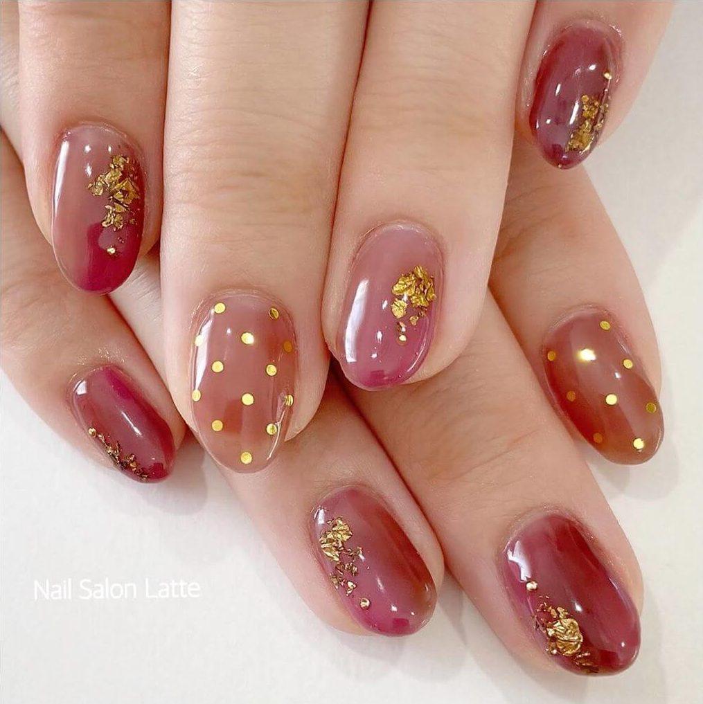diseño elegante de uñas con puntos
