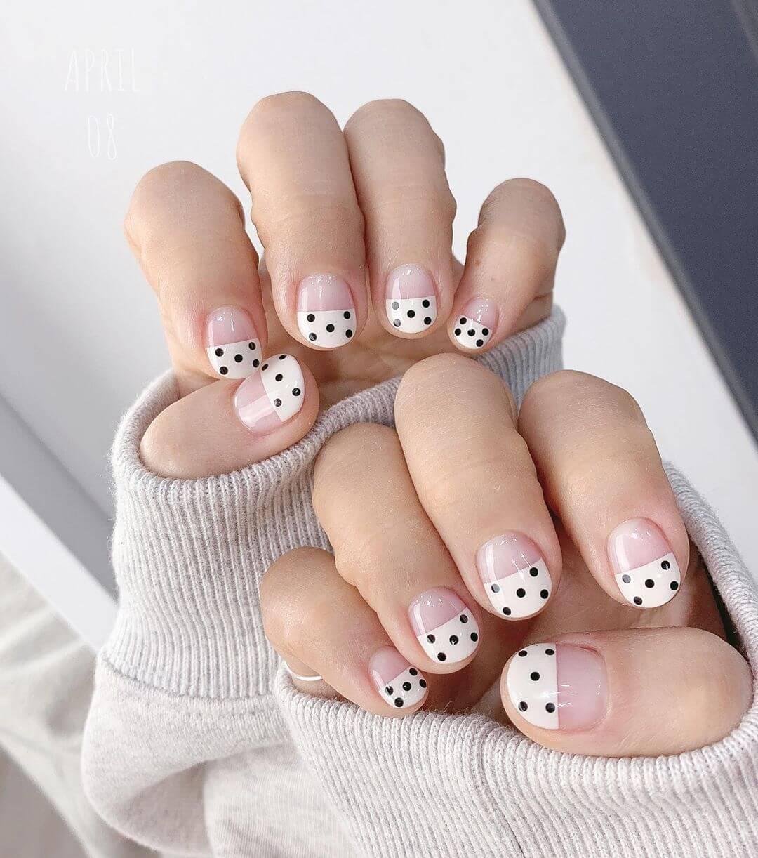uñas blancas bonitas puntos negros