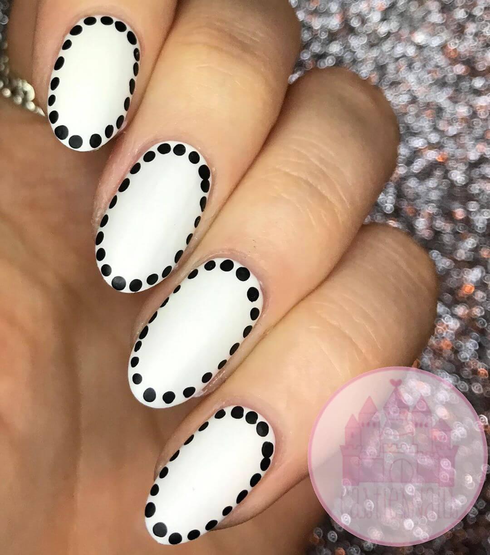 uñas blancas con puntos negros