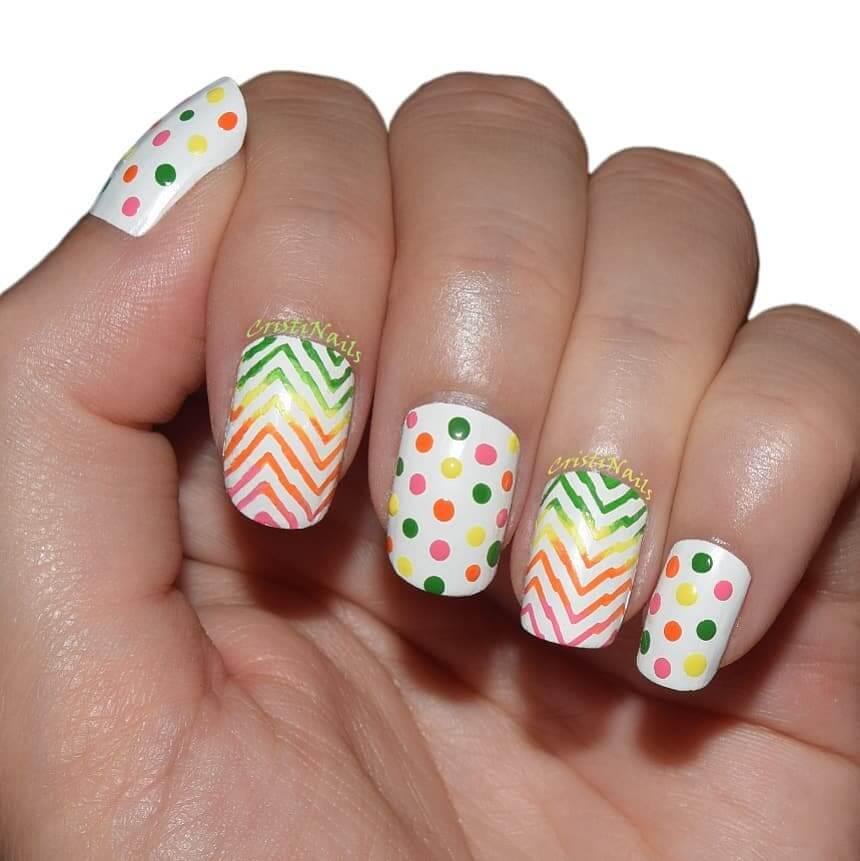 uñas con diseño de puntos de colores