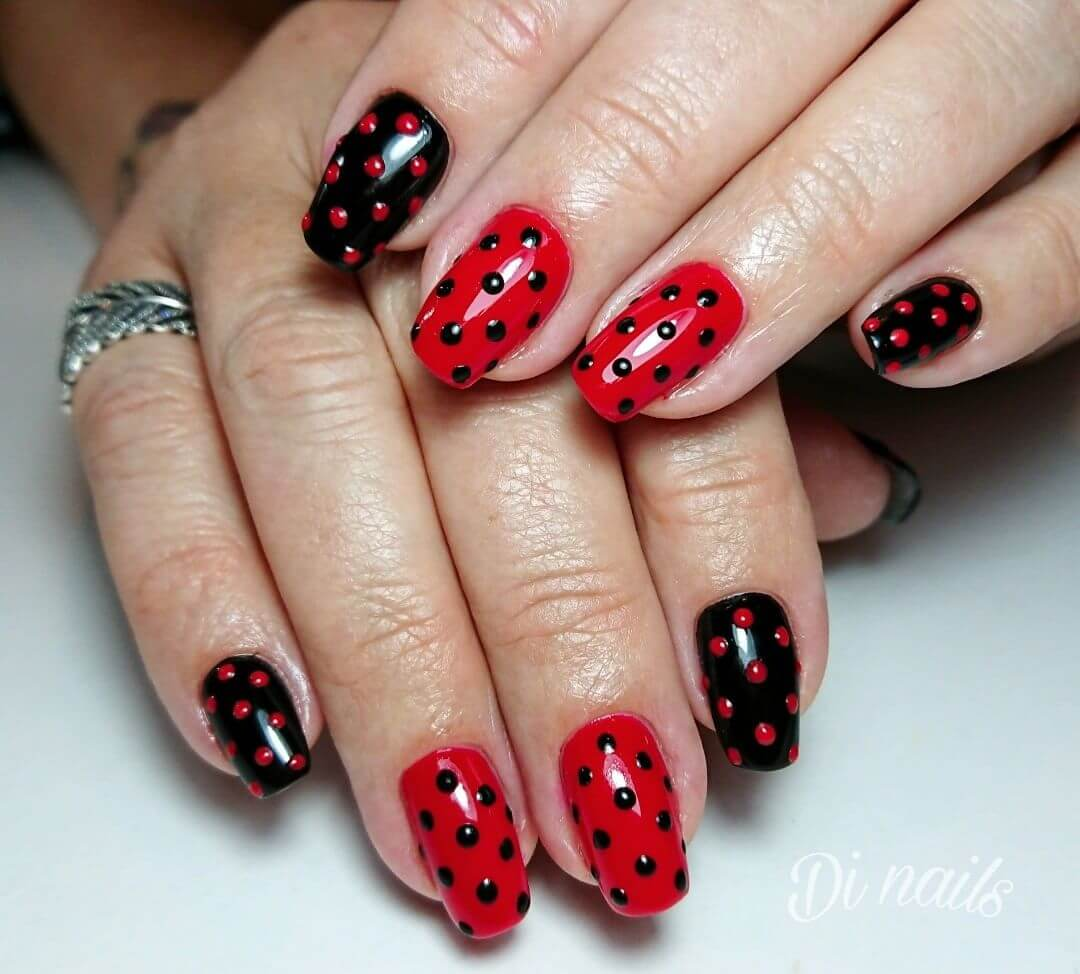uñas negras y rojas con puntos