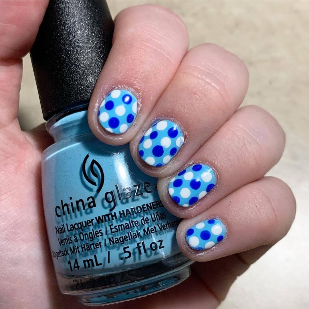 uñas pintadas con puntos